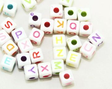 Buchstabenperlen, Acrylperlen, 7x7mm, Würfel, weiss-bunt, 50g